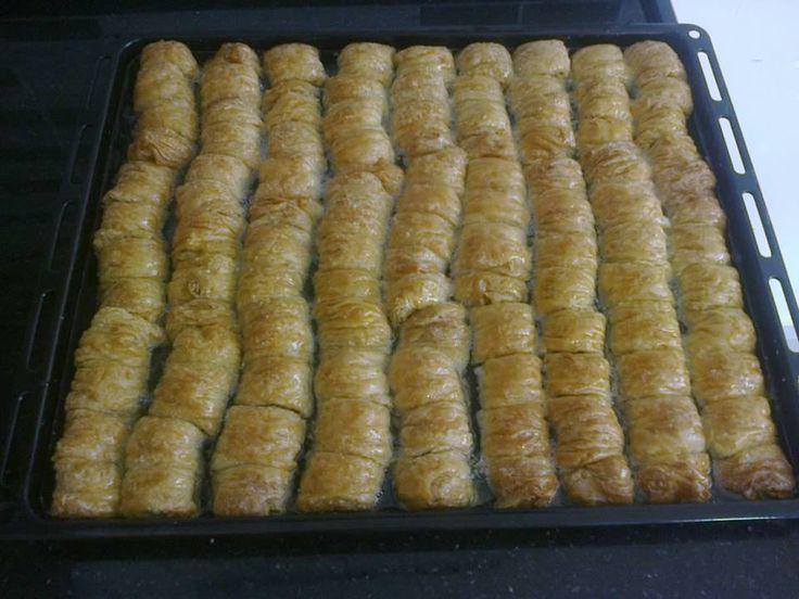Share Tweet Pin Mail Mayalı Burma Tatlısı Malzemeleri: 1 bardak ılık süt, 1 paket yaş veya kurumaya, 1 tatlı kaşığı şeker, 2 yumurta, 1 ...