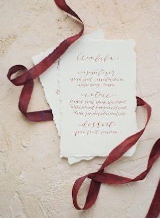 秋色リボンでふんわり巻いて♪ 秋の結婚式のメニュー表アイデア。