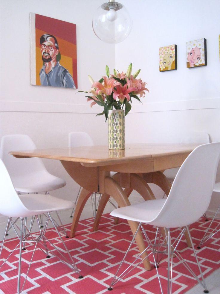 Tappeto Ikea dipinto, il disegno è fatto con il nastro di carta e potrebbe avere infinite varianti anche su tessuto più leggero.