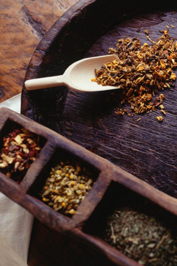 Natürliche Farbreflexe mit Tee: Schwarzer Tee zaubert Glanz ins dunkle Haar, Kamillentee verschönert helles Haar. Hier geht es zum Rezept.