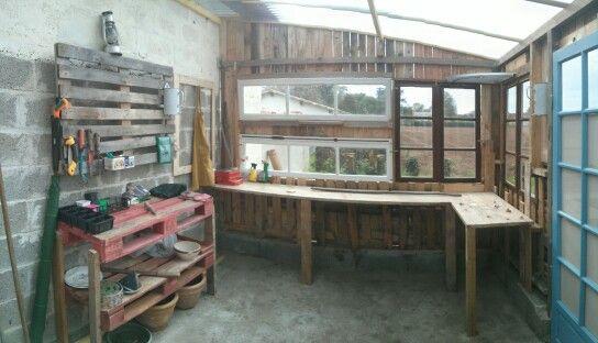 L'interieur de la serre en palettes. #Paletts #greenhouse #recycle