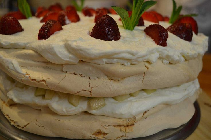 Delicii la Băcănia Veche #bacaniaveche #romanianfood #cakes #pavlova #capsuni #food #dessert