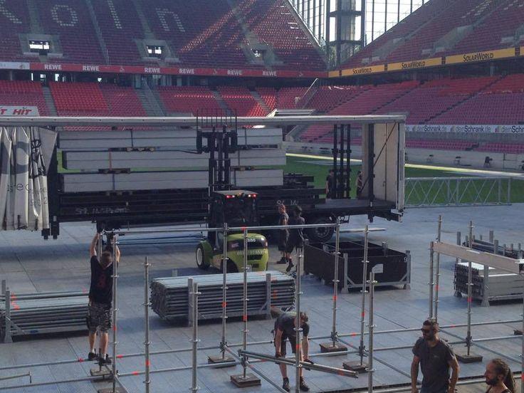 Bühnenaufbau für das Helene Fischer Konzert im Rhein Energie Stadion in Köln