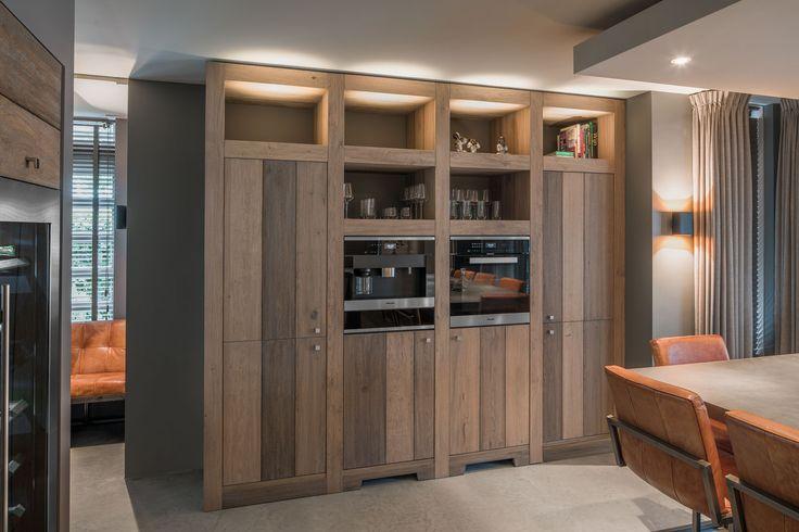 Betonnen aanrecht, betonnen vloer en ruw houten meubels door de hele woning, van de keuken tot de badkamer: zo ontstaat een mooie, modern landelijke stijl.