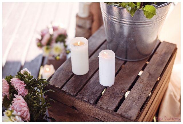 bukiety i świece w dekoracji na wesele