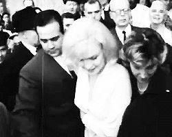 """5 Mars 1961 / """"Columbia University Presbyterian Medical Center"""". Adresse : 622 West 168th Street, New York. En 1961 Joe DiMAGGIO y organisa le transfert de Marilyn du """"Payne Whitney Hospital"""". Elle y fut hospitalisée du 10 février au 5 mars, chambre 719, pour épuisement physique et émotionnel. DiMAGGIO vint la voir tous les jours. Peu avant de quitter l'hôpital elle écrivit au Dr GREENSON : « Cher Dr GREENSON, Par la fenêtre de l'hôpital, je vois la neige qui a tout recouvert. Tous les…"""