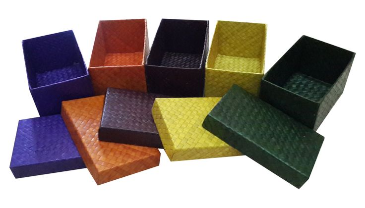 TilaVie Kotak Anyaman Kecil  (Coklat, Ungu dan hijau) BEST SELLER  Bahan : Daun Palem Ukuran : 11cm x 18cm x 10cm Berat : 2kg Fungsi : Digunakan untuk menyimpan pernak pernik kecil ataupun asesoris pribadi lainnya.  Didesain dengan model yang sederhana namun elegant, sehingga bisa diletakkan disetiap sudut rumah dan akan menambah cantik interior ruangan.