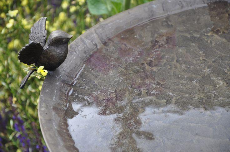"""Elementy, czyniące ogród wyjątkowym! Targi Chelsea Flower Show są niebywałą okazją do podejrzenia trendów panujących w ogrodnictwie. Nagradzane ogrody najbardziej znanych specjalistów, cała gama roślin oraz elementów z pogranicza sztuki i designu - takie są londyńskie targi. Redakcja """"Mojego Pięknego Ogrodu"""", """"Przepisu na Ogród"""" oraz """"Kocham Ogród"""" szukała na wystawie inspiracji do kolejnych materiałów, efekty poszukiwań zobaczycie w galeriach na naszym profilu Pinterest."""