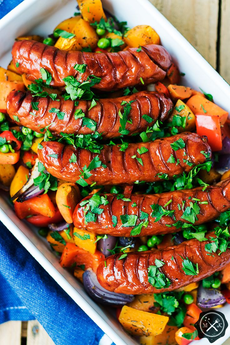 Pieczone kiełbaski z warzywami / Roasted Sausages with Vegetables . Przepis na blogu miodowekrolestwo.wordpress.com lub tutaj : https://miodowekrolestwo.wordpress.com/2017/05/05/pieczone-kielbaski-z-warzywami/