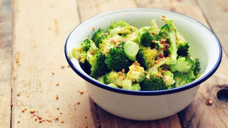 Een gestoomde broccoli salade met geroosterde pijnboompitten en cashewnoten. Erg lekker en super gezond! Heerlijk als voedzame lunch