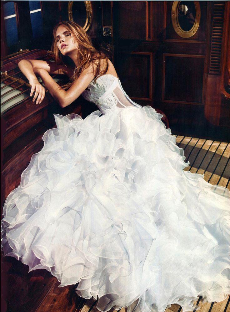 Νυφικό από κρυσταλιζέ οργάντζα με δαντέλα στο κορσάζ κεντημένη με κρύσταλλα Swarovski και πλούσια φούστα από μικρά βολάν