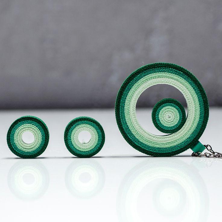 Cirrle set Esmeraldish Set náušnic a přívěsku je srolovaný zúplně běžného barevného papíru. Technika na to použitá se nazývá quilling, avšak krapet upravená (přáníčka mě moc nebaví :) ). Srolované papírky sroluju do tvaru kruhů, připevním mezi sebe a okolo a pořádně přelakuju. Náušky i přívěšek pevně drží tvar (lak umí úplné zázraky). Rozměr ...