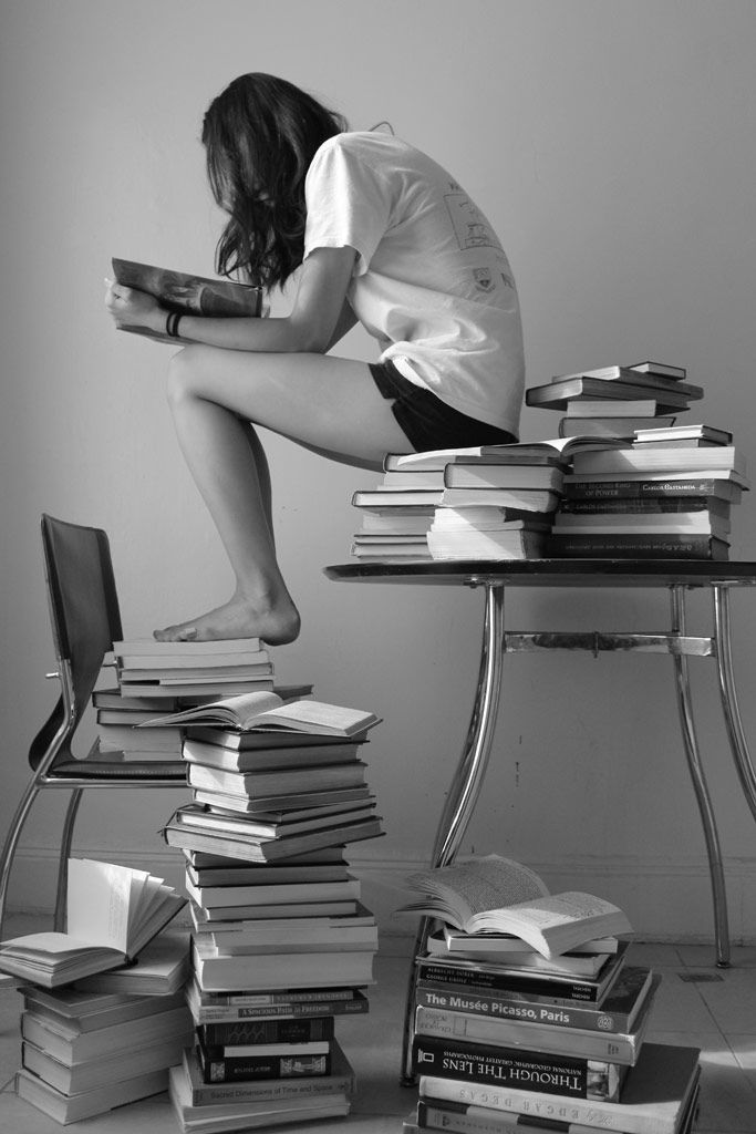[フリー画像素材] 人物, 女性, 座る, 読書, 本, モノクロ ID:201307140400                              …