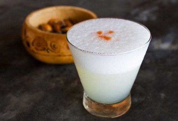 La emblemática bebida mantiene su espíritu en medio de una disputa cultural entre Chile y Perú, mientras se adapta a las técnicas propias de cada productor y viñedo