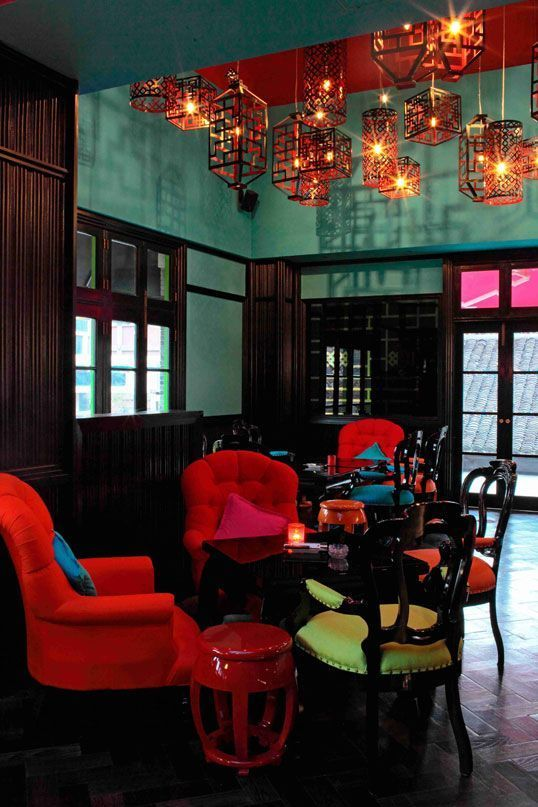 Red & blue chinoiserie. Colorful room.
