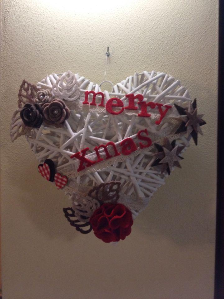 Fuoriporta natalizio. Cuore grande in rattan bianco con fiori e stelle in feltro