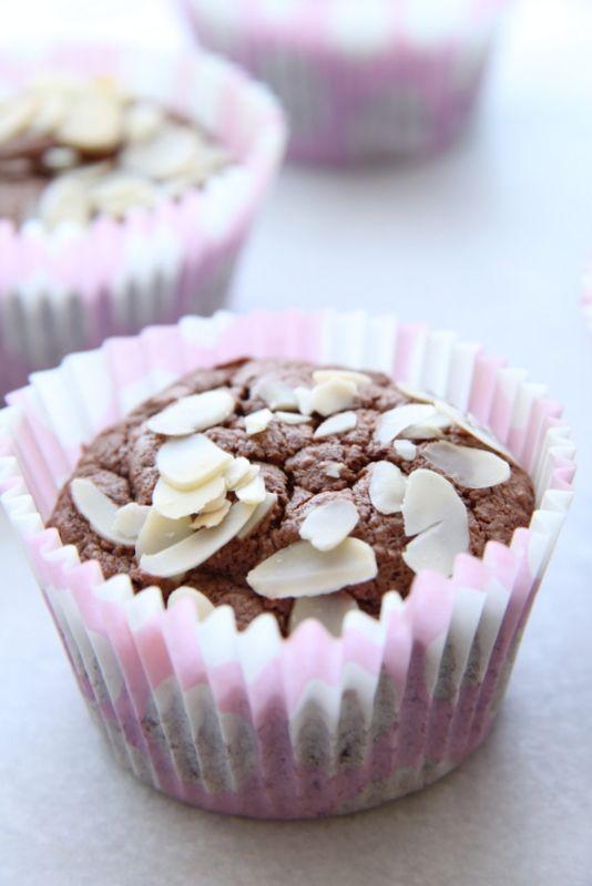 raspberries and cream: Babeczki czekoladowo - serowe z migdałami