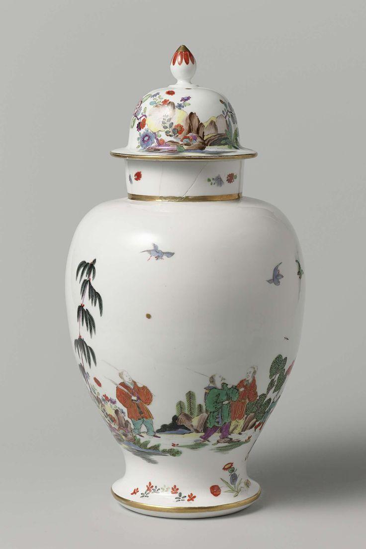 Meissener Porzellan Manufaktur | Lidded vase, Meissener Porzellan Manufaktur, Johann Daniel Rehschuh, c. 1730 - c. 1735 | Vaas met deksel van beschilderd porselein. De vaas is versierd met een contour-chinoiserie bestaande uit drie chinezen en een jongen die naar een tempel temidden van rotsen en bomen loopt. Het deksel is versierd met rotsen, bloemen en een vogel. De vaas is gemerkt.