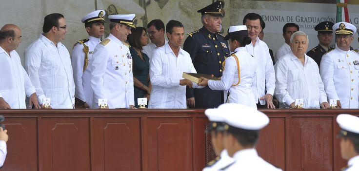 Se entregó el Sable a cada uno de los guardamarinas, esta arma simboliza el mando que representa la valentía y la convicción de servicio que caracteriza a los marinos mexicanos, y que son valores que se les inculca desde el primer día de su formación.