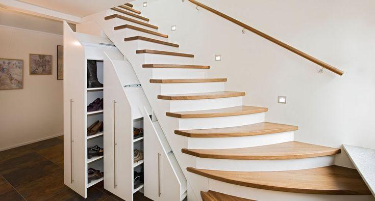 Holztreppe mit Einbauschrank und Garderobe in Eiche und weiß lackiert