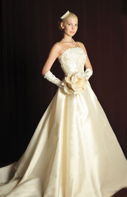 オリジナルで開発した最高級シルクミカドを贅沢に使用したクラシカルな印象でボリュームのあるAラインドレス
