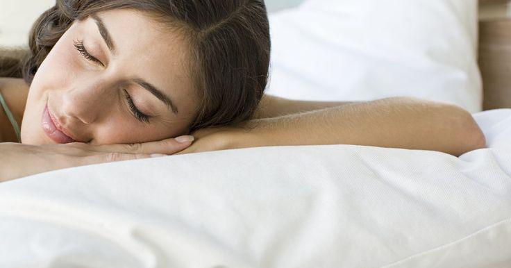 Como enrolar um colchão de espuma de memória novamente. Ter um colchão de espuma de memória é uma boa maneira de requintar a sua cama. Muitas lojas oferecem colchões de espuma de memória que prometem aprimorar a qualidade do seu sono. Quando quiser transportar ou guardar seu colchão, enrole-o e guarde-o na embalagem em que veio. Guardar seu colchão corretamente fará com ele mantenha a mesma forma e ...