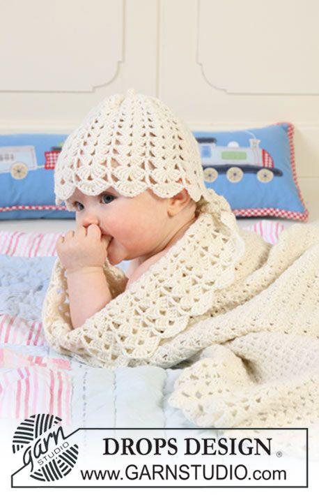 """BabyDROPS 19-6 - Das Set besteht aus: Gehäkelte DROPS Decke mit breiter Kante im Fächermuster und Mütze in """"Baby Merino"""". - Free pattern by DROPS Design"""