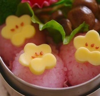 White plum blossoms bento. Arroz color rosa! simplemente perfecto xD ...