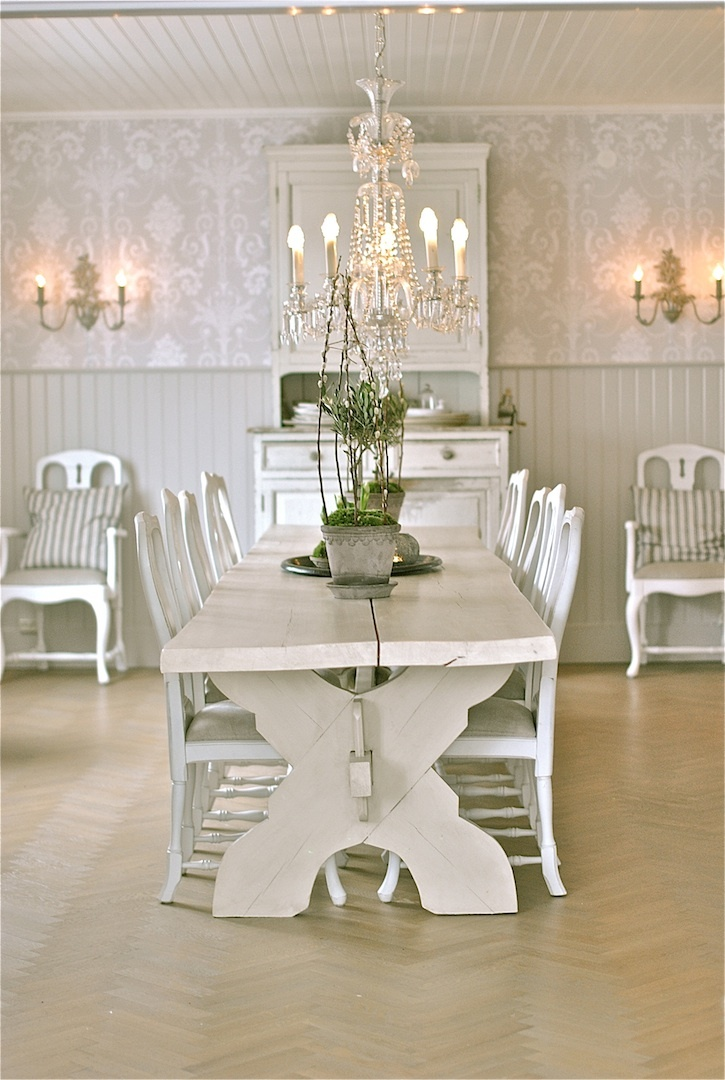 Sagolika Sinnen This Could Be My New Dining Table! Fic The Old One And  Chairs .sell And Buy A Mix Of Chairs And Paint Them The Same Color Great Ideas