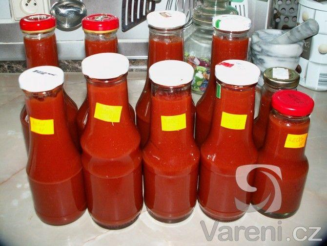 Pokud máte nadúrodu rajčat, určitě si udělejte domácí kečup. Konzistencí je opravdu jako kupovaný. Na obrázku je kečup z dvojnásobné dávky.