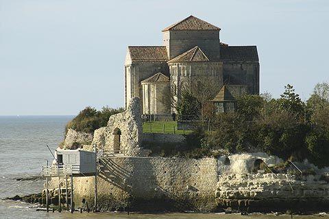 Le village de Talmont sur Gironde, situé le long de l'estuaire de la Gironde. Son église, édifiée sur une falaise surplombant le fleuve, est parfois considérée comme l'archétype du style roman saintongeais. Magnifique petit village à visiter sans hésiter!