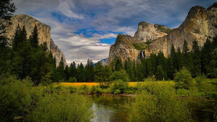 Скачать обои горы, водопад, деревья, кусты, Национальный парк Йосемити, Yosemite National Park, речка, лес, облака, небо, скалы, Калифорния, камни, США, раздел пейзажи в разрешении 1920x1080