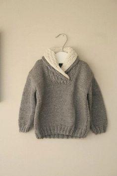 Main de pull garçon tricoté en fil 100 % laine. La couleur est gris foncé avec une crème au col. Très chaud pour l'hiver.  FABRIQUÉ SUR COMMANDE Faut 2 semaines pour être prêt
