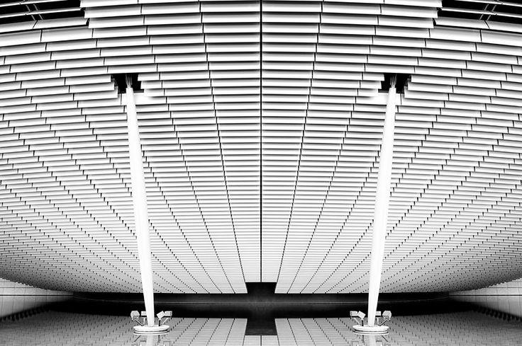 Amphithéâtre de La Cité Internationale  /  Renzo Piano  /  Photo: © Thomas Perréon  #architecture #renzo #piano #lyon #cite #internationale #thomas #perreon #minimalism #bw  #composition #contemporary #symmetry
