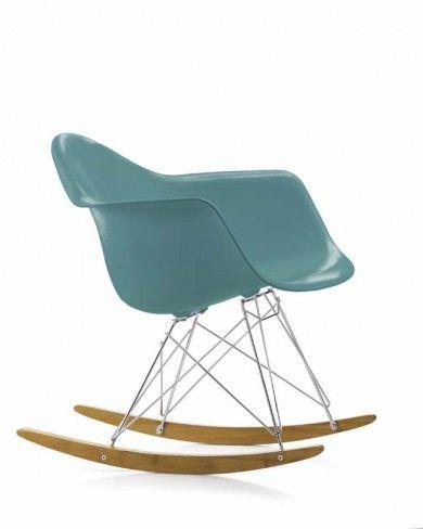 Eames rar  À l'occasion du concours « Low Cost Furniture Design » du Museum of Modern Art de New York, Charles et Ray Eames ont présenté les créations du Plastic Chair Group. Ces premiers sièges synthétiques de fabrication industrielle arrivèrent sur le marché en 1950.  Designer :CHARLES & RAY EAMES Marque :VITRA Couleur :BLEU OCÉAN Dimensions : L 62,5cm P 69cm H 67cm Assise 33cm  #Jbonet #design #Vitra