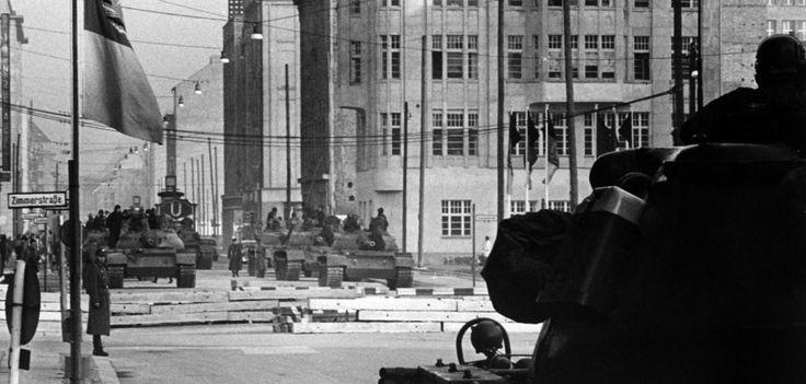 Konfrontation vor 50 Jahren  Am 27. Oktober 1961 eskaliert die Lage. Nachdem zuvor schon Amerikanern der Grenzübertritt am Checkpoint Charlie verwehrt worden war, nähern sich Panzer auf der Friedrichstraße. Amerikanische Kampfwagen rücken gegen die Grenze vor.