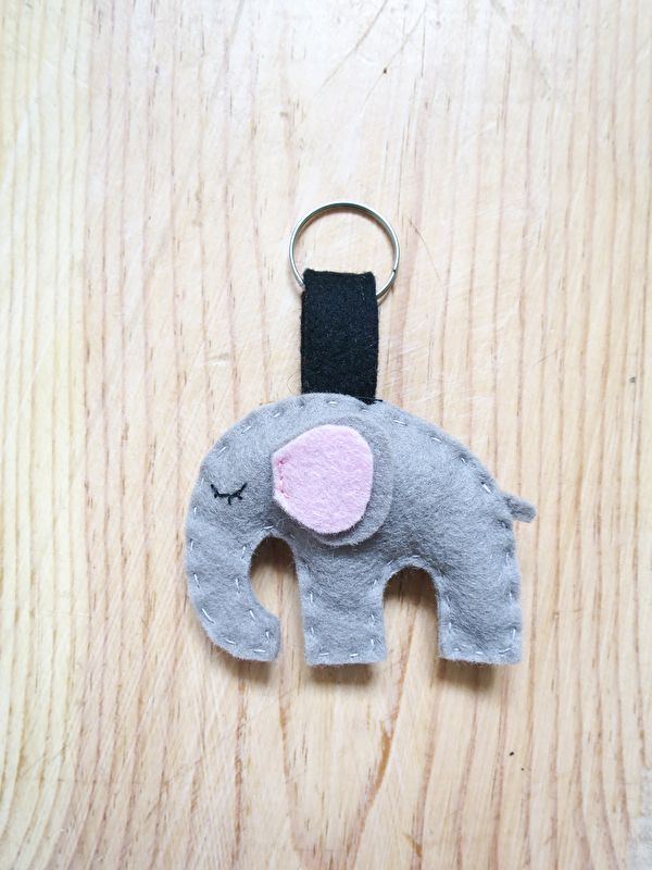 olifant sleutelhanger http://www.mijnwebwinkel.nl/winkel/mooiezomerdag/c-3547118/kind/ #wolvilt #mooiezomerdag #handgemaakt #handmate #vilt #sleutelhanger #olifant #diy