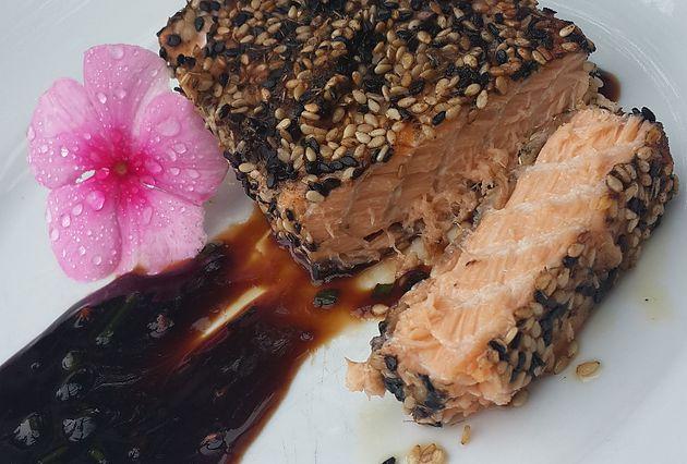 Lado Fit - Salmão com Crosta de Gergelim e Molho Wasabi