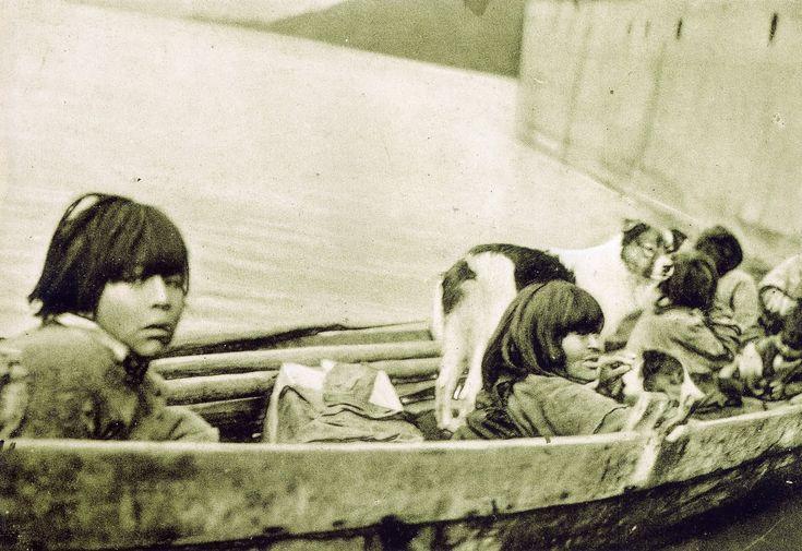 Una de las últimas fotografías del pueblo chono, con sus perros característicos.