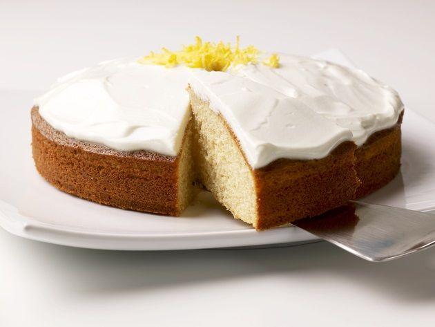 1 springform 22 cm. Ingredienser: 2 store æg 160 g sukker 2 tsk. Vanillesukker ½ dl rapsolie 1½ dl konc. Hyldeblomstsaft 180 g hvedemel 2 tsk. bagepulver Glasur: ca. 2½ spsk. hyldeblomstsaft 2 dl kvark Fremgangsmåde:Pisk æg og sukker luftigt og pisk vaniljen i.Tilsæt olie og hyldeblo...