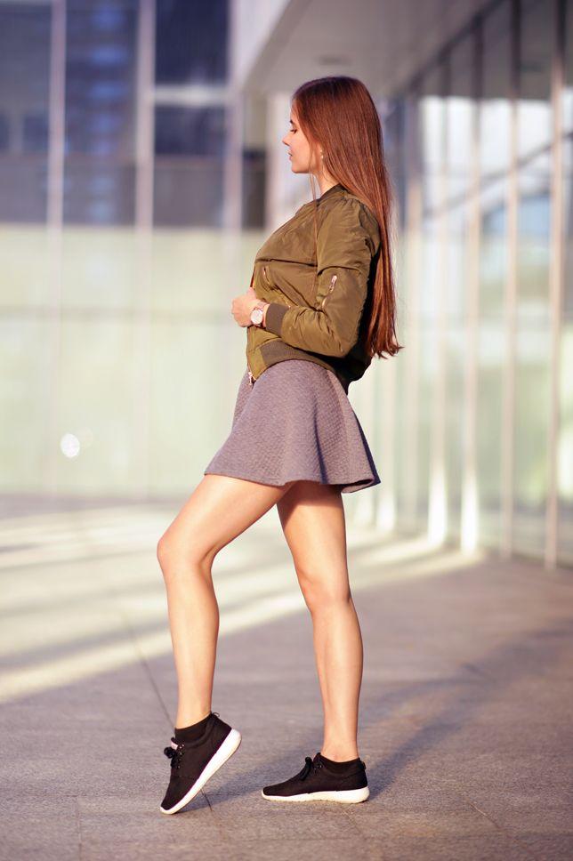 Zielona Kurtka Bomberka Czarny Stanik Szara Spodniczka I Sportowe Buty Ari Maj Personal Blog By Ariadna Majewska Fashion Fashion Classy Weekend Dresses