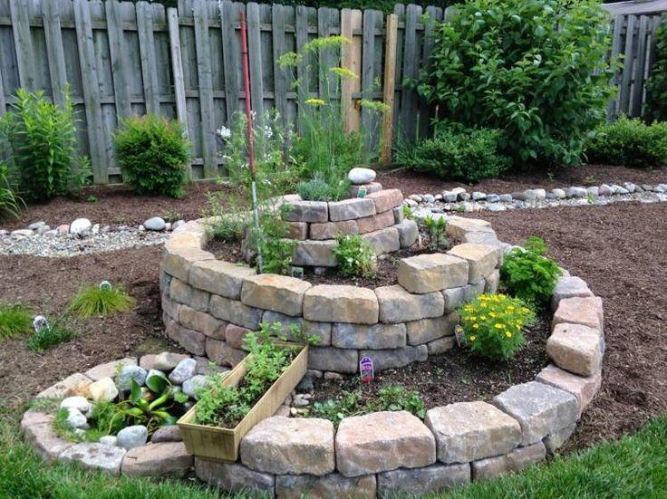 aménagement jardin avec une spirale aromatique avec une jardinière