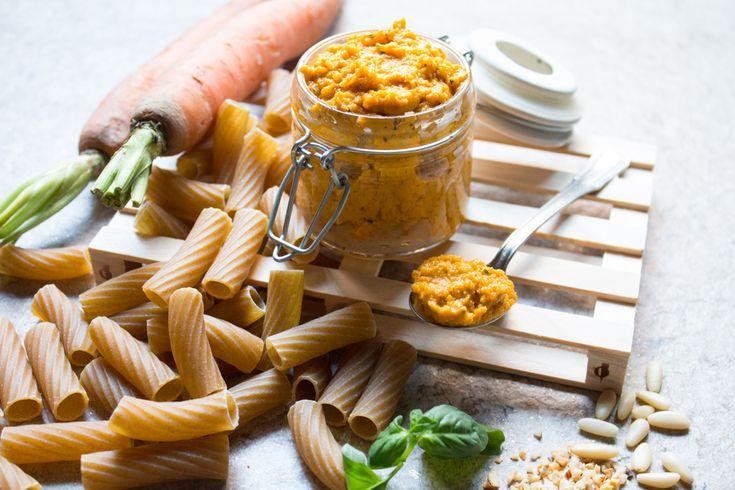pesto di carote. Ricetta per fare un sugo nella variante con un altro vegetale. questa è la combinazione con carote e nocciole, ottimo per pasta integrale