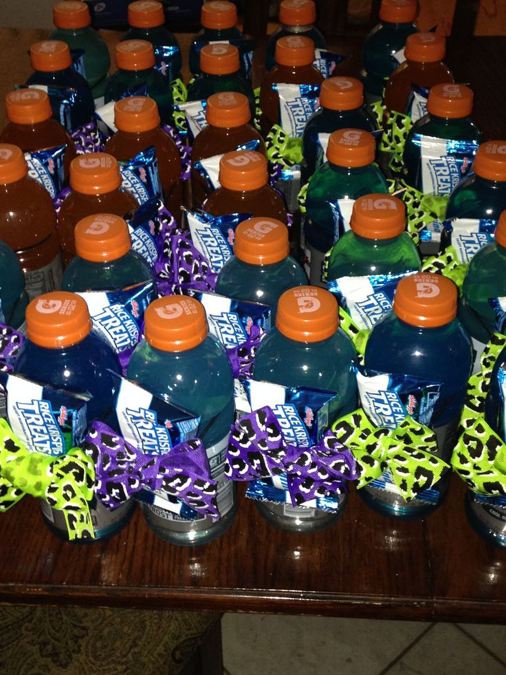 Cute cheer snacks we made for practice.  Gatorade bottles & Rice Crispy Treats attached with a pony tail holder and bows that are the team colors!