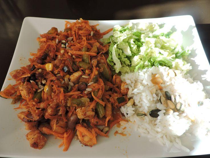 Mrkvová čína:  strouhaná mrkev, kuřecí maso, dušené fazolky, cuketa a kukuřice, rajčatová passata, červené a černé fazole, cizrna, rýže s oříšky a semínky, čínské zelí