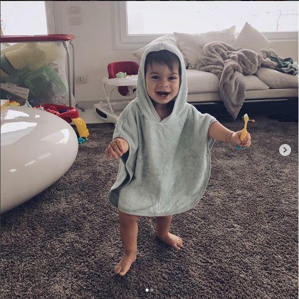 Cristian è un bambino vivace e bellissimo.  E' felicissimo del suo poncho Bamboom, in bamboo organico, super morbido e assorbente. Grazie Evelina per questa bella foto. #babywear #bamboom #babyclothes #newborn #newborns #babyfashion #babyboy #babygirl #neonati #momtobe
