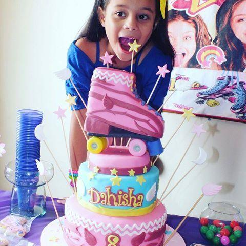 Aqui Dahisha feliz con su torta de los patines de Soy Luna... #Cake #cakedesing #torta #bolos #soyLuna  #disneychanel  #Disney #movie #fondant #fondantcake #Princesas #patines #star  #alas  #fondantart #sugarart  #Repostería #amoloquehago #pastillaje #tortassoñadas #instacake #cakeshop #cakestagram #Anaco #anzoátegui #johhascakes