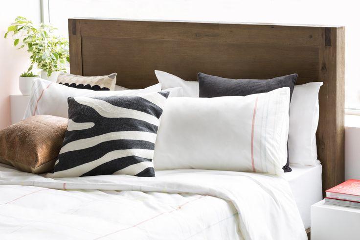 Don't be afraid to mix and match patterns and textures - it will add more depth and interest to your bed. // Mélangez motifs et textures afin d'ajouter de la profondeur ainsi qu'un élément tactile à votre lit.