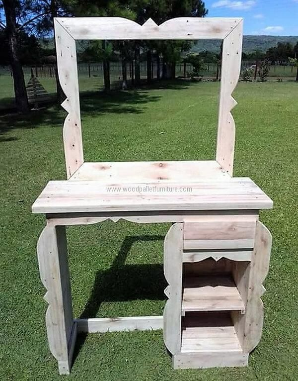 See the repurposed wood pallet vanity from the front, it contains the space to place the items for displaying as there is no door fixed on the area below the surface of vanity for placing products. There is also a drawer for storing tiny items.