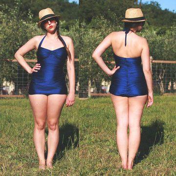 Le maillot de bain Bombshell s'inspire de la silhouette classique des années 1950, à une époque où les maillots mettaient les formes en valeur sans trop en dévoiler. Le patron propose 3 variations : un maillot une pièce froncé, un maillot avec triangles de poitrine et un bas de bikini taille haute que vous pouvez associer avec votre haut de bikini préféré. Avec ses coutures froncées flatteuses, le maillot Bombshell embrasse vos formes tout en étant plutôt couvrant (mais tout de même sexy…